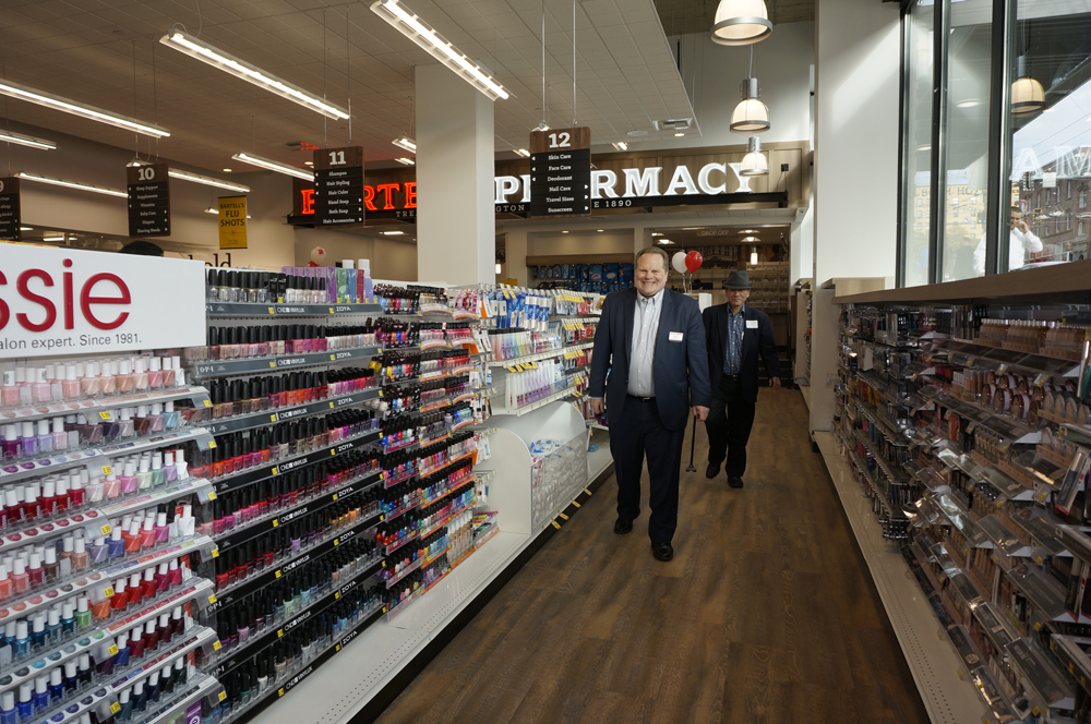 CEO Brian Unmacht and Lawrence Pang (behind) walks the aisles. (Photo by George Liu/NWAW)